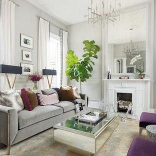 Idéer för ett klassiskt vardagsrum, med grå väggar och en standard öppen spis
