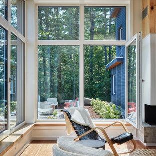 Неиссякаемый источник вдохновения для домашнего уюта: большая открытая гостиная комната в стиле рустика с белыми стенами, паркетным полом среднего тона, горизонтальным камином, фасадом камина из штукатурки, коричневым полом и деревянным потолком