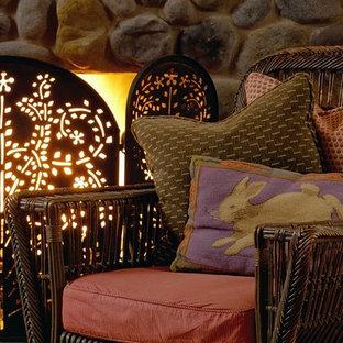 Idee per un grande soggiorno classico chiuso con pareti gialle, parquet chiaro, camino classico, cornice del camino in pietra e libreria