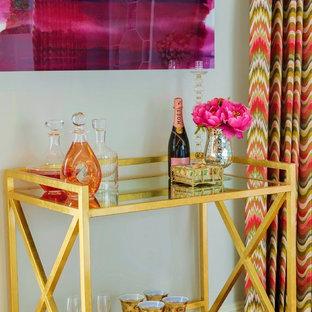 Esempio di un soggiorno classico di medie dimensioni e aperto con angolo bar, pareti blu, pavimento in legno massello medio, nessun camino e TV a parete