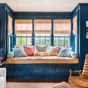 Foto de salón clásico, de tamaño medio, con paredes azules y suelo de madera en tonos medios