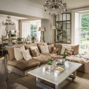 Foto di un soggiorno country di medie dimensioni e aperto con sala formale, pareti beige e pavimento in legno verniciato