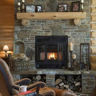 Idee per un grande soggiorno stile rurale stile loft con pareti marroni, pavimento in legno massello medio, camino classico, cornice del camino in pietra, pavimento marrone e nessuna TV