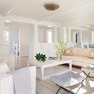Cette photo montre un salon chic ouvert avec une salle de réception, un mur blanc, un sol en bois clair, une cheminée standard, un manteau de cheminée en bois et aucun téléviseur.