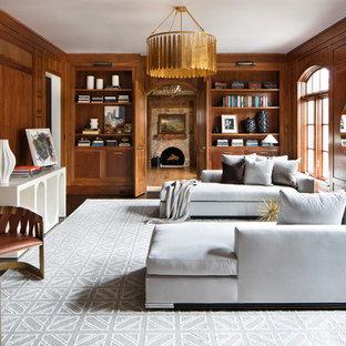 Imagen de salón tradicional renovado con paredes marrones, suelo de madera en tonos medios y suelo marrón