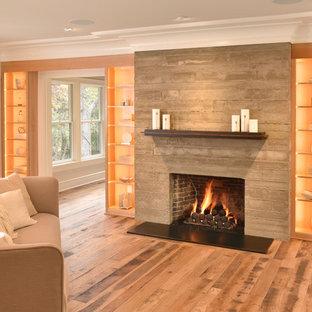 Idéer för att renovera ett vintage allrum med öppen planlösning, med mellanmörkt trägolv, en standard öppen spis, en spiselkrans i betong, brunt golv och grå väggar