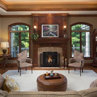 Imagen de salón para visitas cerrado, tradicional, sin televisor, con paredes beige, suelo de madera oscura, chimenea tradicional, marco de chimenea de baldosas y/o azulejos y suelo marrón