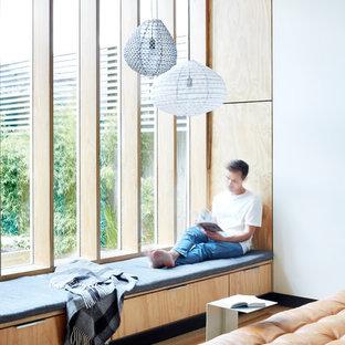 Imagen de salón abierto, contemporáneo, pequeño, con paredes amarillas y suelo de madera clara
