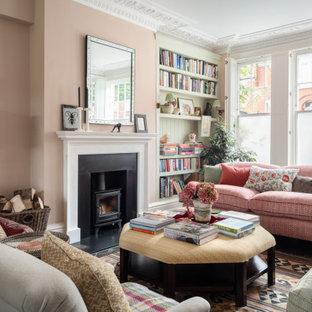 Ispirazione per un grande soggiorno tradizionale chiuso con sala formale, pareti rosa, camino classico e cornice del camino in metallo