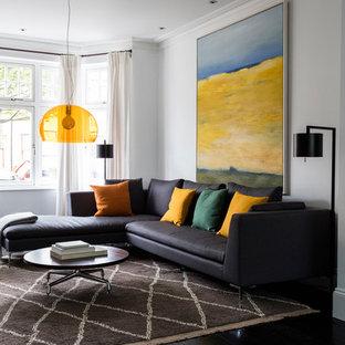 Foto de salón moderno con paredes blancas, suelo de madera oscura y suelo negro