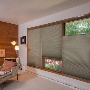 ミルウォーキーの巨大なトラディショナルスタイルのおしゃれな独立型リビング (白い壁、カーペット敷き、吊り下げ式暖炉、レンガの暖炉まわり、テレビなし) の写真