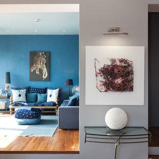 ロンドンの巨大なエクレクティックスタイルのおしゃれなLDK (フォーマル、グレーの壁、無垢フローリング) の写真