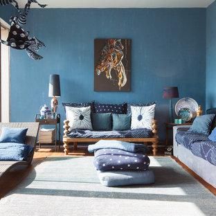 Ispirazione per un soggiorno eclettico di medie dimensioni e aperto con pareti blu, pavimento in legno massello medio e sala formale
