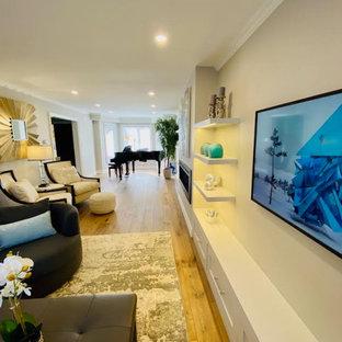 トロントの大きいトランジショナルスタイルのおしゃれな独立型リビング (ミュージックルーム、ベージュの壁、淡色無垢フローリング、横長型暖炉、金属の暖炉まわり、テレビなし、ベージュの床) の写真