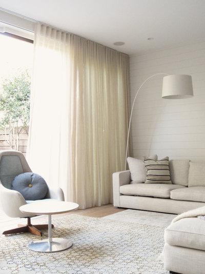 Come creare un soggiorno più luminoso accostando bianco e legno