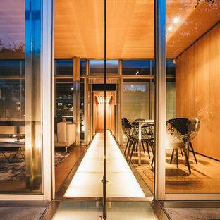 Ispirazione per un soggiorno contemporaneo di medie dimensioni e aperto con sala formale, pareti marroni, pavimento in compensato, nessun camino, nessuna TV e pavimento marrone