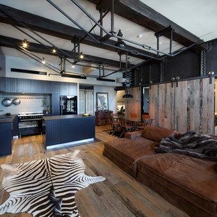 Ispirazione per un soggiorno industriale di medie dimensioni e aperto con parquet scuro e pareti nere