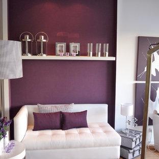 コンテンポラリースタイルのおしゃれなリビング (紫の壁) の写真