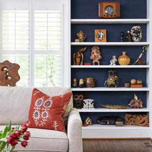 Ispirazione per un soggiorno chic di medie dimensioni e chiuso con pareti beige, pavimento in legno massello medio e pavimento rosso