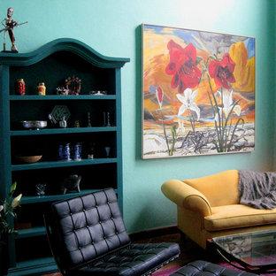 Foto di un soggiorno contemporaneo chiuso con pareti verdi, camino ad angolo e cornice del camino in intonaco
