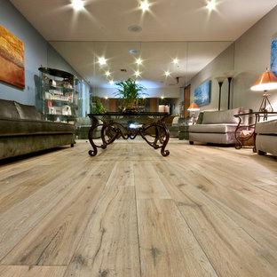Diseño de salón para visitas cerrado, contemporáneo, de tamaño medio, sin chimenea y televisor, con paredes beige y suelo de madera clara