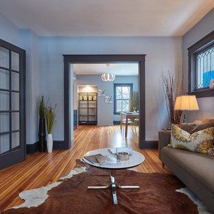 Esempio di un soggiorno design di medie dimensioni e chiuso con sala formale, pareti grigie, pavimento in bambù, nessun camino, nessuna TV e pavimento marrone