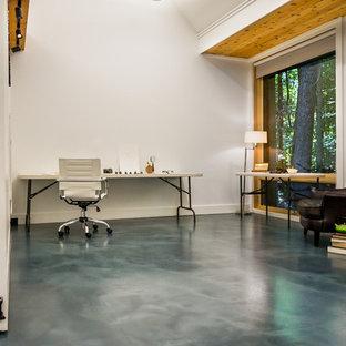 ボストンのトラディショナルスタイルのおしゃれなリビング (白い壁、コンクリートの床、テレビなし、グレーの床) の写真