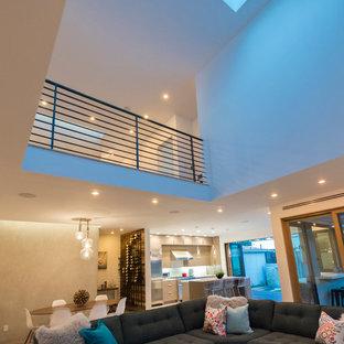 Foto di un soggiorno minimal di medie dimensioni e aperto con sala formale, pareti bianche, pavimento in legno massello medio, nessun camino, nessuna TV e pavimento marrone