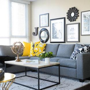Bild på ett litet funkis vardagsrum, med grå väggar, mellanmörkt trägolv och en väggmonterad TV