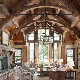 Inspiration för rustika vardagsrum, med ett finrum, mellanmörkt trägolv, en standard öppen spis, en spiselkrans i sten och orange golv