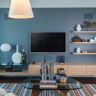 サンフランシスコの中サイズのアジアンスタイルのおしゃれなリビング (青い壁、濃色無垢フローリング、暖炉なし、壁掛け型テレビ) の写真