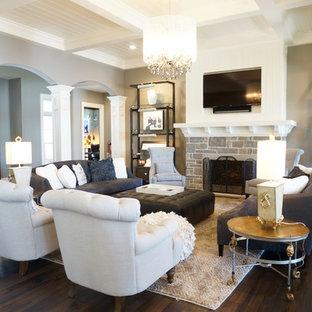 Großes, Offenes Uriges Wohnzimmer mit grauer Wandfarbe, Bambusparkett, Kamin, Kaminumrandung aus Stein, Wand-TV und braunem Boden in Cleveland