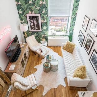 Idee per un piccolo soggiorno minimal stile loft con pareti bianche, pavimento in legno massello medio e TV autoportante