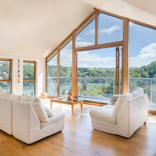 Ejemplo de salón abierto, contemporáneo, grande, con paredes blancas y suelo de madera en tonos medios