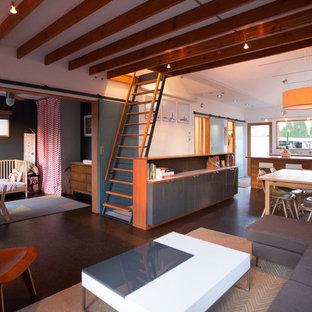 Foto de salón tipo loft, minimalista, pequeño, con suelo de corcho y paredes blancas