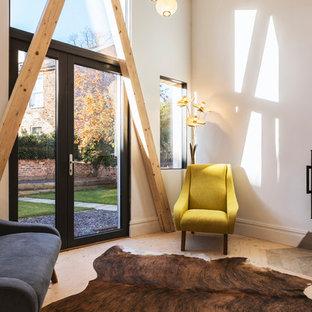 Exemple Du0027un Salon Moderne Avec Un Mur Blanc, Un Sol En Bois Clair