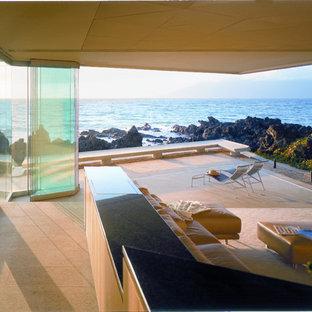 Diseño de salón con rincón musical abierto, minimalista, extra grande, con suelo de cemento y televisor retractable