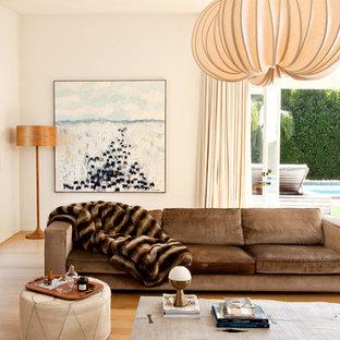 Imagen de salón para visitas actual con paredes beige, suelo de madera en tonos medios y suelo beige