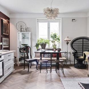 Eklektisk inredning av en mellanstor matplats med öppen planlösning, med grå väggar, beiget golv och ljust trägolv