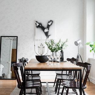 Bild på ett mellanstort nordiskt kök med matplats, med vita väggar, mellanmörkt trägolv och brunt golv