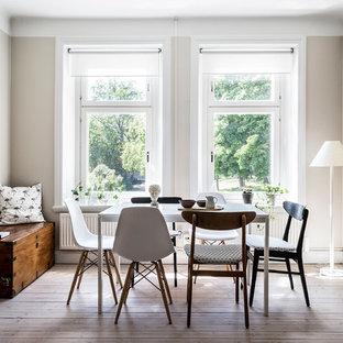 Idéer för en nordisk matplats, med beige väggar, ljust trägolv och beiget golv