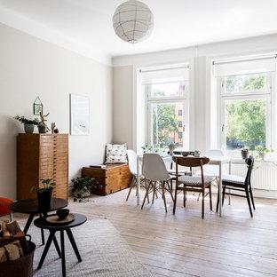 Inspiration för en mellanstor retro matplats, med vita väggar, ljust trägolv och beiget golv