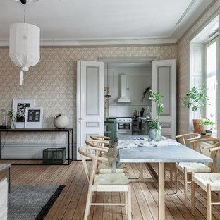 Bild på en mellanstor minimalistisk matplats med öppen planlösning, med flerfärgade väggar, ljust trägolv och beiget golv