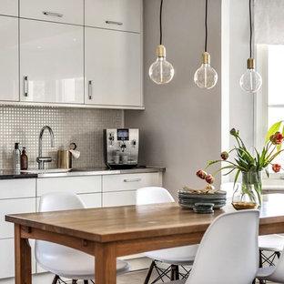 Nordisk inredning av ett mellanstort kök med matplats, med vita väggar