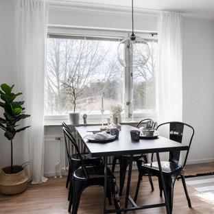 Exempel på ett mellanstort minimalistiskt kök med matplats, med vita väggar, mellanmörkt trägolv och brunt golv