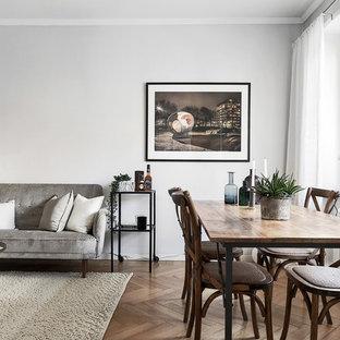 Foto på en mellanstor nordisk matplats, med grå väggar, mellanmörkt trägolv och brunt golv