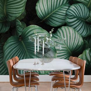 Idéer för att renovera en vintage matplats, med gröna väggar, ljust trägolv och beiget golv
