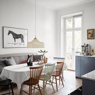 Foto på ett mellanstort nordiskt kök med matplats, med vita väggar, målat trägolv och vitt golv