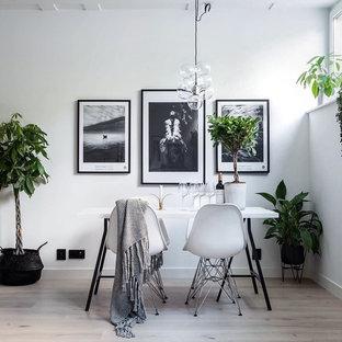 ストックホルムの中くらいの北欧スタイルのおしゃれな独立型ダイニング (白い壁、淡色無垢フローリング) の写真