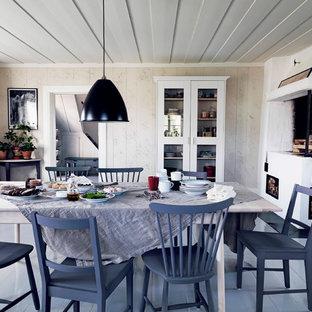 Idee per una sala da pranzo country di medie dimensioni con pareti beige, pavimento in legno verniciato, camino classico e cornice del camino in pietra